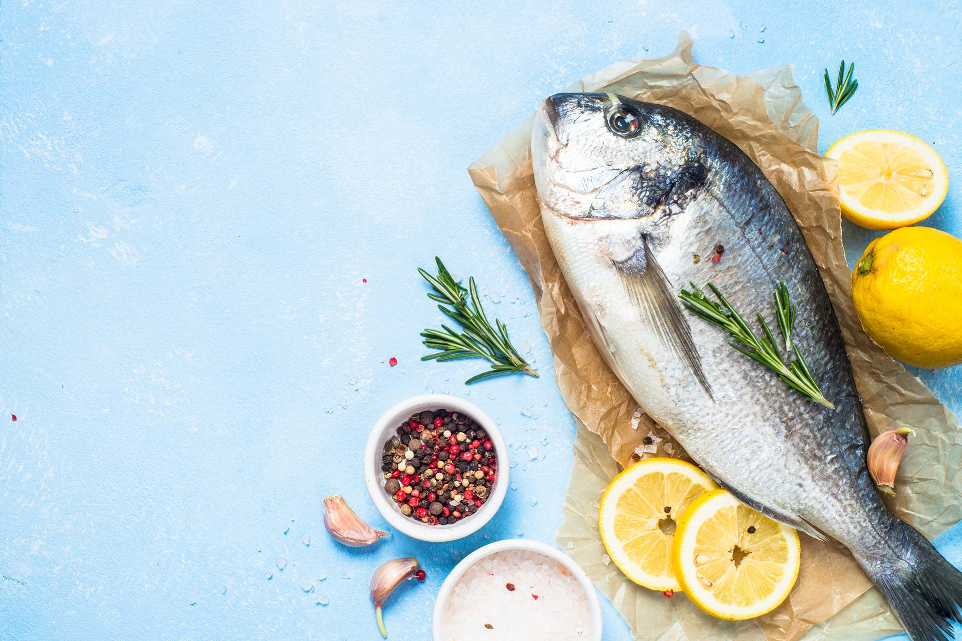frisk-fisk-paa-bordet